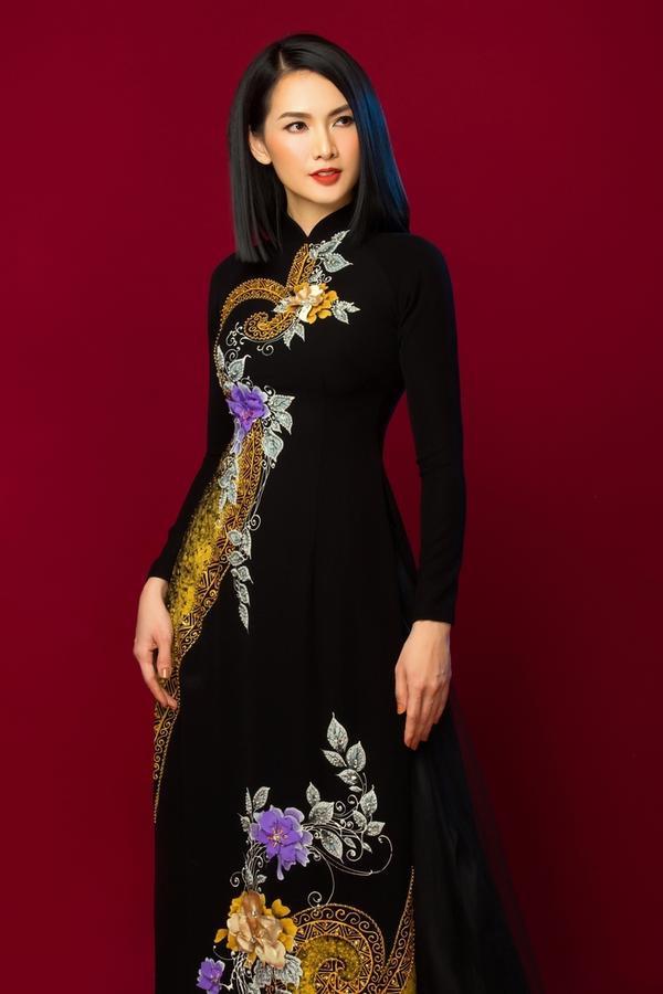 Tà áo tô điểm bằng cánh hoa 3D được xếp tỉ mỉ. Trang phục giúp người mặc vừa tây, vừa hiện đại.