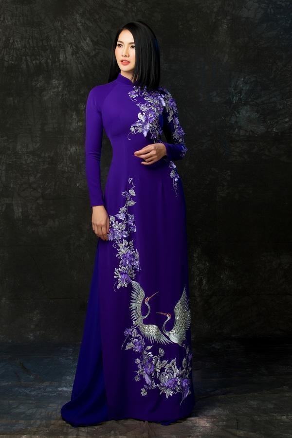Kỹ thuật kết hoa 3D tạo điểm nhấn cho tà áo dài đặc biệt này. Anh Thư vừa mặn mà, vừa quyến rũ trong thiết kế kỳ công của đàn em.