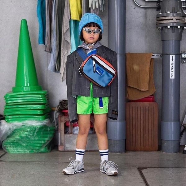 Tận dụng gam màu trendy neon xanh chuối cùng túi beltbag trong trang phục khi ra phố