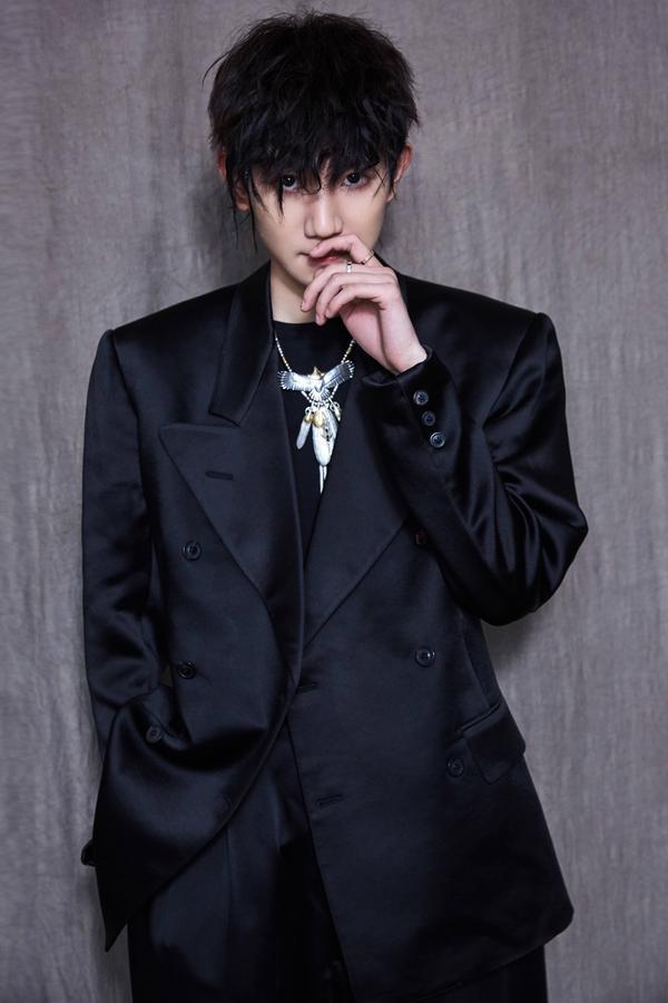 """Vương Nguyên đầu tiên tiếp xúc với phong cách, mái tóc mới trong chương trình """"Tôi là ca sĩ sáng tác"""". Cậu trở nên nóng bỏng, quyến rũ trong bộ đồ màu đen rộng."""