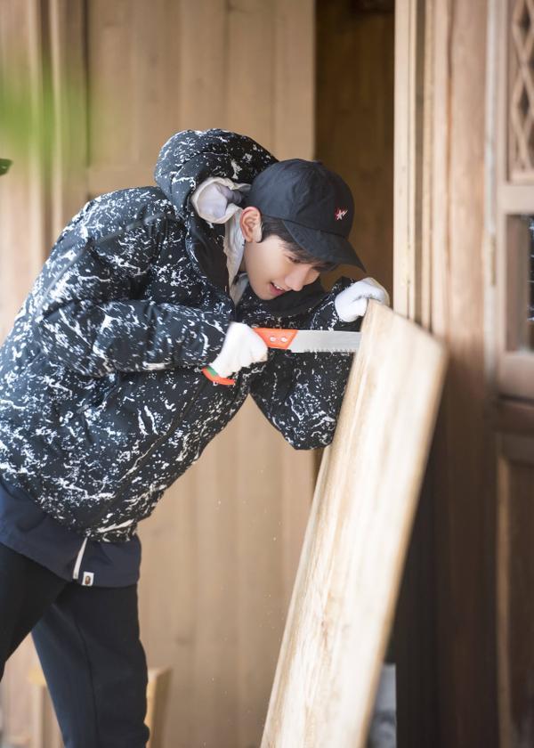 """Trong khi đó, Vương Nguyên tham gia vào show truyền hình thực tế """"Ha Ha Nông Phu""""."""