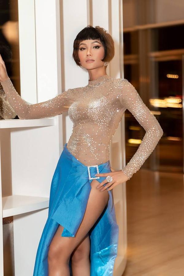 Bộ trang phục được nhà thiết kế Nguyễn Tiến Truyển thực hiện riêng cho H'Hen Niê trong gần một tháng.