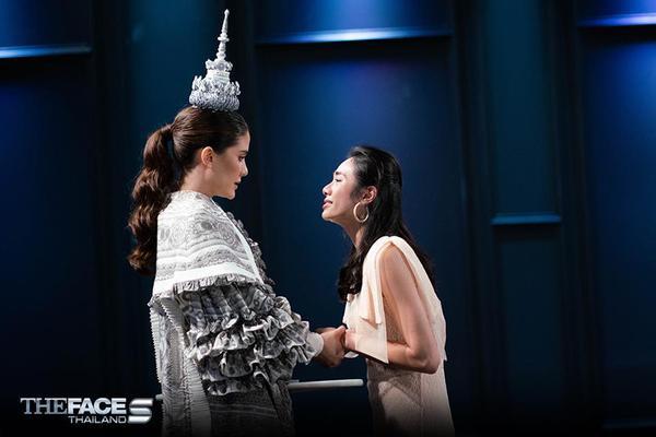 Cận cảnh hoa văn cầu kỳ và đỉnh cung điện Thái Lan mà Maria dùng để… đội đầu.
