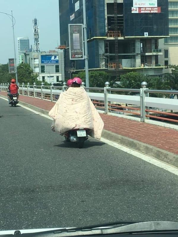 Cách chống nắng bá đạo của hai cô gái ở Đà Nẵng.