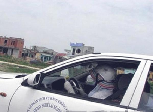 Ngồi trên ô tô vẫn phải chống nắng đấy nhé…