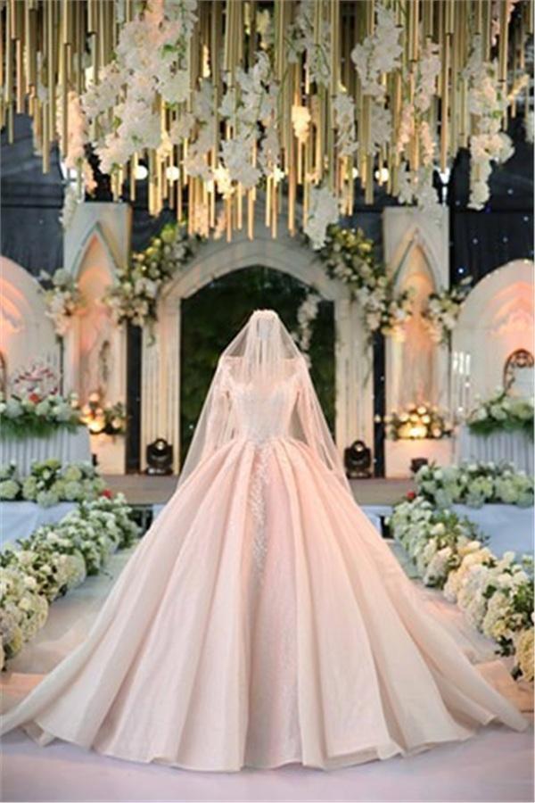 Cô dâu lộng lẫy như một nàng công chúa trong chiếc váy cưới đắt giá của mình.