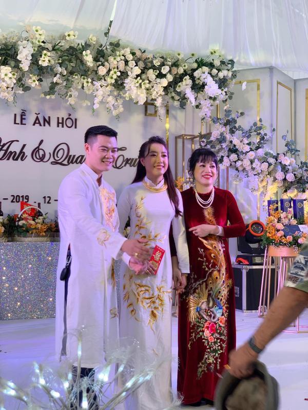 Chú rể Quang Trung và cô dâu Quỳnh Anh trong lễ ăn hỏi.
