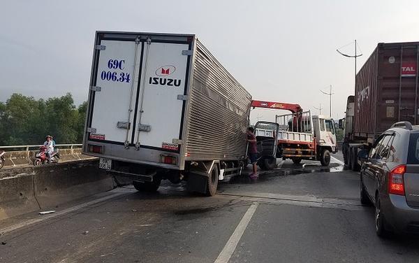 Tai nạn làm giao thông qua khu vực ùn tắc nghiêm trọng.