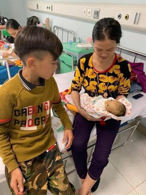 Vì Quyết Chiếnđã đạp xe 103 km để đến Hà Nội thăm em trai mới sinh bị bệnh khiến nhiều người cảm động.