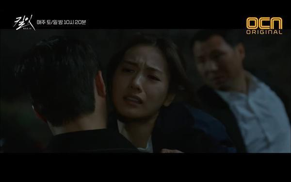 Nhưng cuối cùng Hyun Jin phải đỡ thay anh một nhát dao.