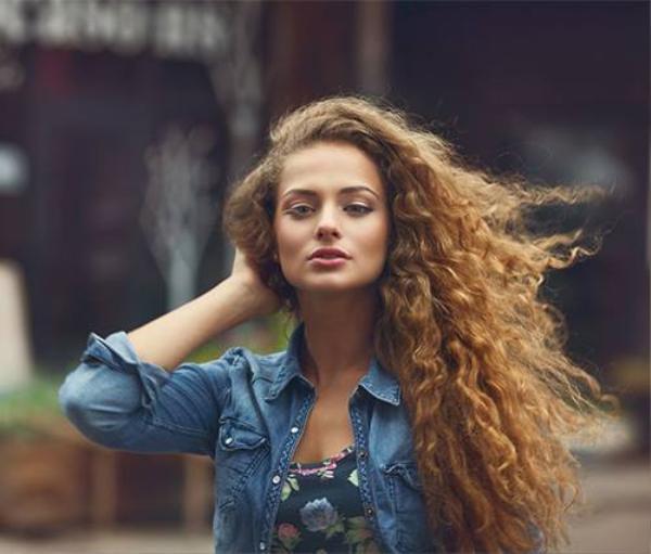 4 tips nhỏ nhưng cực kỳ hiệu quả giúp nàng tạm biệt mái tóc dính bết ngày hè ảnh 3