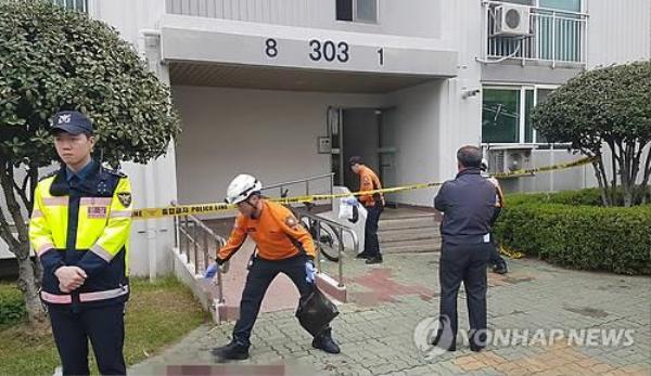 Hiện trường đẫm máu bên dưới tòa nhà chung cư.
