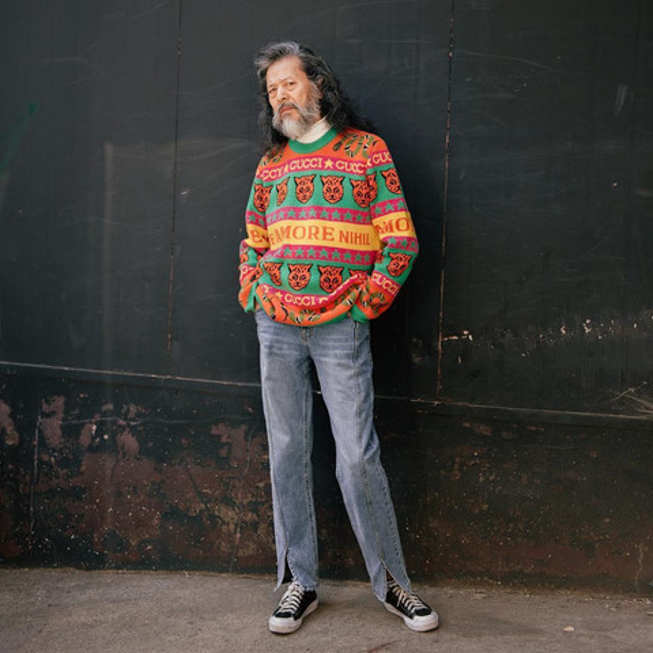 Một đôi sneaker kết hợp với chiếc quần jean xẻ gấu và chiếc áo sweater đa màu sắc này khiến ông trông thật ngầu và trẻ trung.