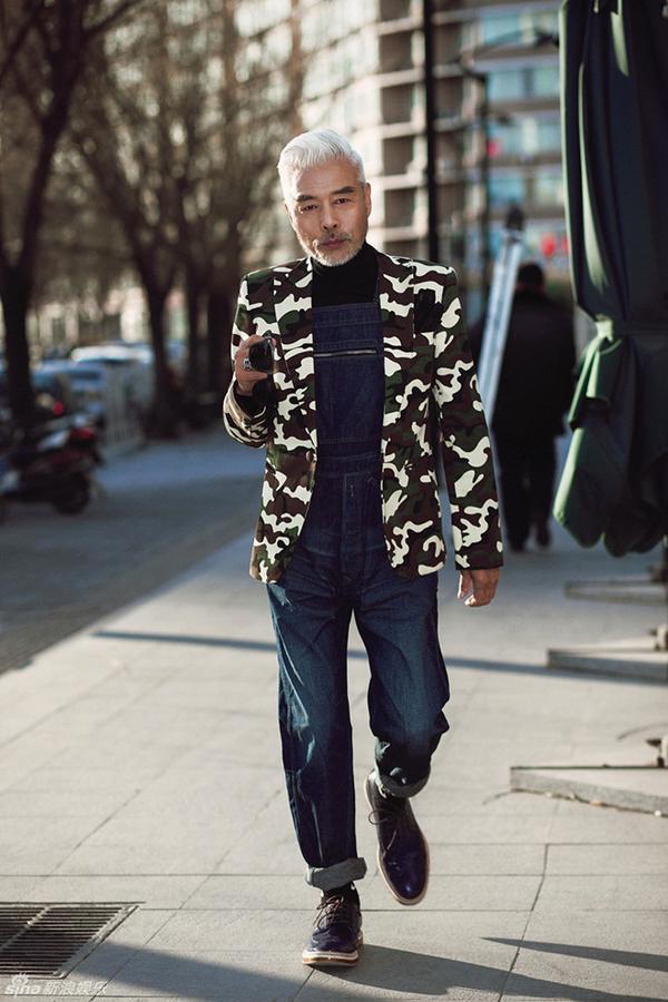 """Đất nước tỷ dân cũng được """"mở mày mở mặt"""" với sự hiện diện của Trương Song Lợi.Ông trở là một trong những diễn viên nam ăn mặc sành điệu nhất nhì châu Á, so kè với cả các tài tử trẻ trung và điển trai hơn, trở thành cụ ông sành điệu nhất Trung Hoa."""