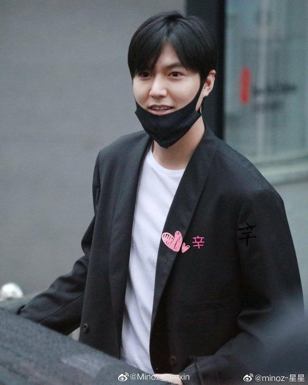 Lee Min Ho xuất ngũ vào chiều mưa tầm tã, thể hiện hành động này với fan đang dầm mưa đứng đợi