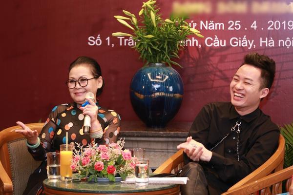 Danh ca Khánh Ly nhiều lần ca ngợi giọng hát của Tùng Dương và còn tiết lộ đã từng rớm nước mắt khi nghe nam ca sĩ hát.