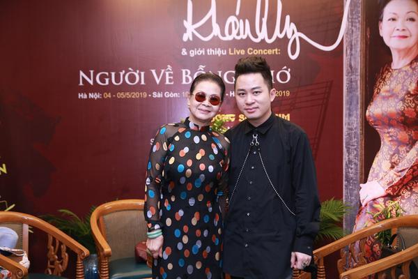 Danh ca Khánh Ly và Tùng Dương trong buổi họp báo.