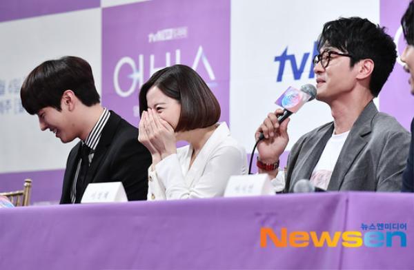 Họp báo Abyss: Park Bo Young lộ dấu hiệu lão hóa, đẹp đôi bên Ahn Hyo Seop ảnh 23