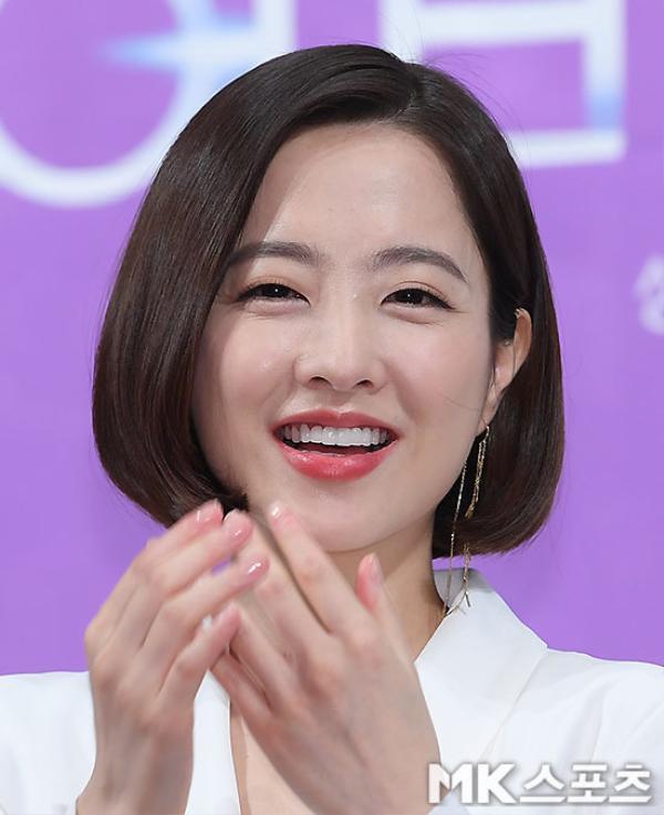 Vốn sở hữu vẻ ngoài trong sáng, xinh đẹp. Tuy nhiên người hâm mộ khá buồn lòng khi Park Bo Young có dấu hiệu lão hóa qua các vết nhăn và vết chân chim ở khóe mắt.
