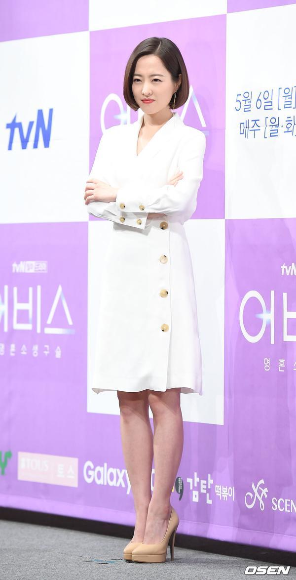 Họp báo Abyss: Park Bo Young lộ dấu hiệu lão hóa, đẹp đôi bên Ahn Hyo Seop ảnh 2
