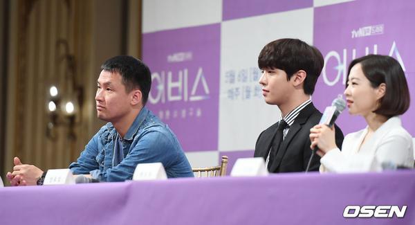 Họp báo Abyss: Park Bo Young lộ dấu hiệu lão hóa, đẹp đôi bên Ahn Hyo Seop ảnh 24