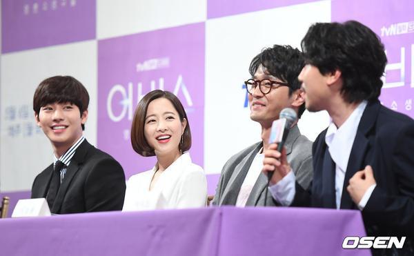 Họp báo Abyss: Park Bo Young lộ dấu hiệu lão hóa, đẹp đôi bên Ahn Hyo Seop ảnh 25