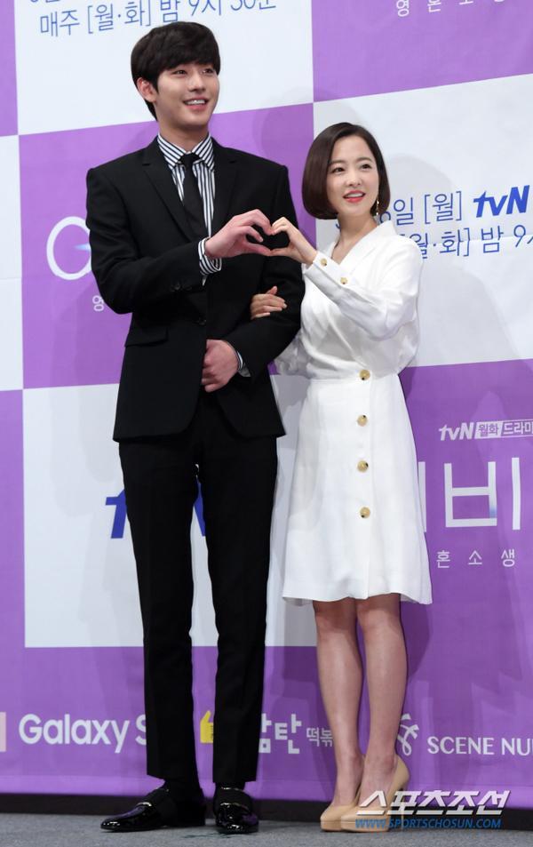 Chênh lệch chiều cao đáng yêu giữa cặp chính. Ahn Hyo Seop cao hơn Park Bo Young 39 cm.