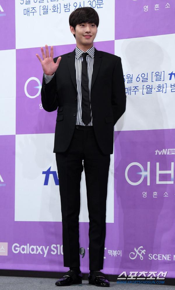Ahn Hyo Seop có chiều cao đáng ngưỡng mợ.