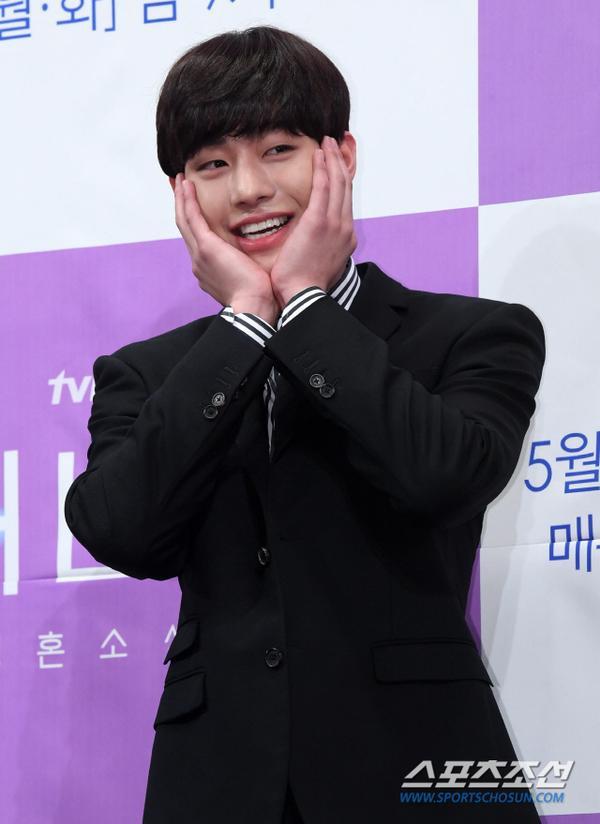 Họp báo Abyss: Park Bo Young lộ dấu hiệu lão hóa, đẹp đôi bên Ahn Hyo Seop ảnh 12