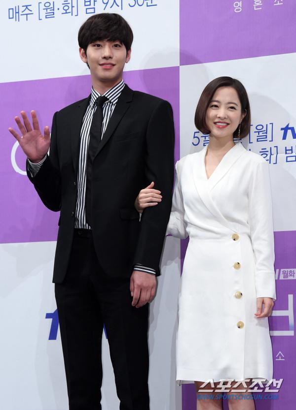 Họp báo Abyss: Park Bo Young lộ dấu hiệu lão hóa, đẹp đôi bên Ahn Hyo Seop ảnh 21