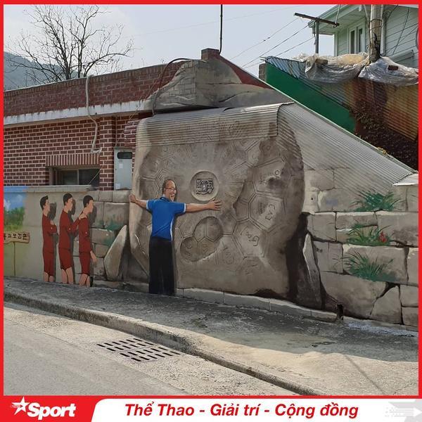 Đây là một trong ba tảng đá nổi tiếng ở làng Donguibogam, hòn đá được cho là có khả năng mang đến may mắn, hạnh phúc và cải thiện sức khỏe cho người chạm vào nó. Trong hình HLV Park Hang Seo ôm vào lòng tảng đá may mắn này như một minh chứng cho thấy ông Park là người mang đến sự may mắn.