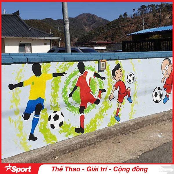 Hình ảnh HLV Park Hang Seo cùng cầu thủ Việt Nam ngay cạnh một cầu thủ mang chiếc áo của Đội tuyển Brazil. Phải chăng ý đồ của tác giả mong muốn bóng đá Việt Nam sẽ ngang tầm đẳng cấp thế giới như Brazil?