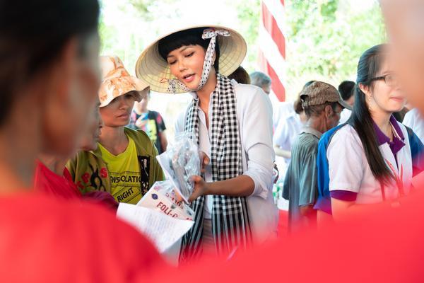Hoa hậu HHen Niê đội nắng khám bệnh, phát thuốc miễn phí cho người dân Đắk Lắk ảnh 1