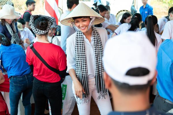 Hoa hậu HHen Niê đội nắng khám bệnh, phát thuốc miễn phí cho người dân Đắk Lắk ảnh 4