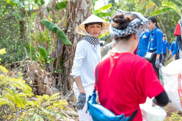 Hoa hậu HHen Niê đội nắng khám bệnh, phát thuốc miễn phí cho người dân Đắk Lắk ảnh 6