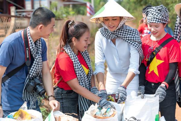 Hoa hậu HHen Niê đội nắng khám bệnh, phát thuốc miễn phí cho người dân Đắk Lắk ảnh 5