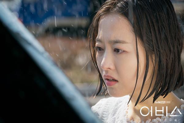 Abyss: Park Bo Young khóc cạn nước mắt trong chính đám tang của mình ảnh 4