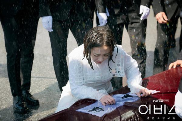 Abyss: Park Bo Young khóc cạn nước mắt trong chính đám tang của mình ảnh 5