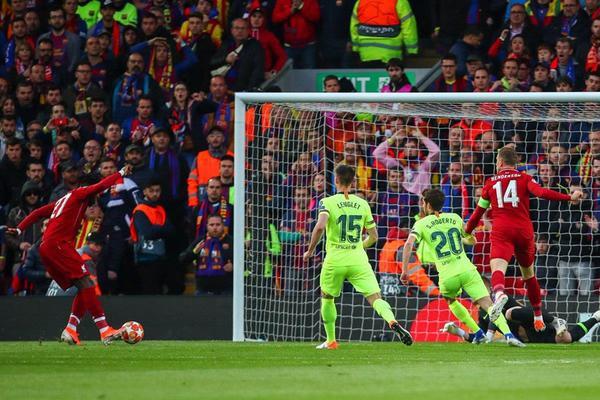 """Mở đầu cho đại tiệc ở sân Anfield là """"kẻ đóng thế"""" Origi với pha đệm bóng cận thành sau cú sút của đội trưởng Henderson ngay phút thứ 7."""