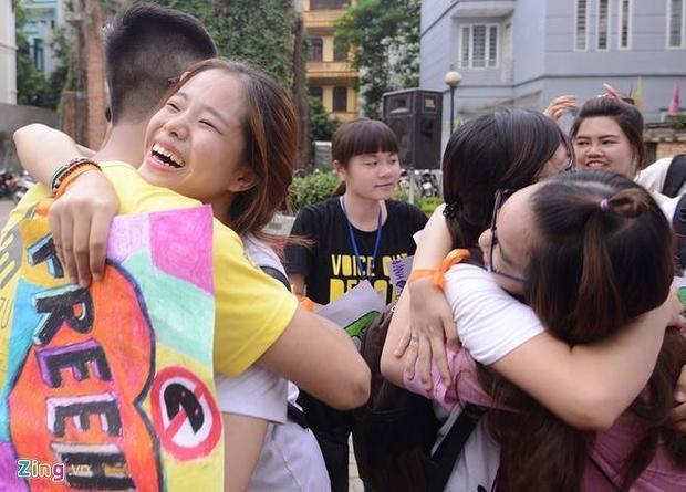Giới trẻ ôm người không quen biết trên phố