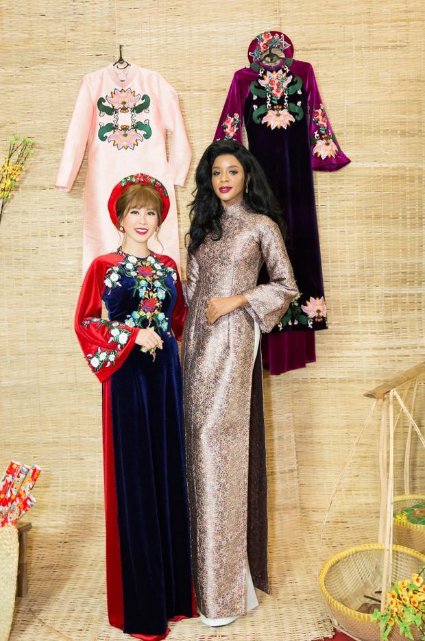 Hoa hậu Thu Hoài duyên dáng trong tà áo dài.