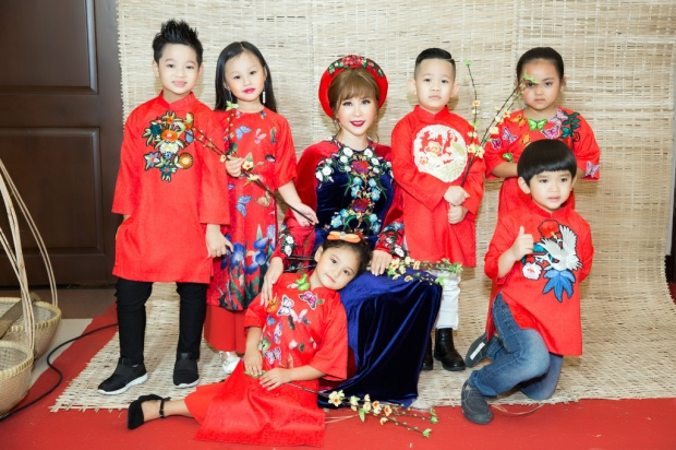 Hoa hậu Thu Hoài đẹp mặn mà, duyên dáng trong tà áo dài