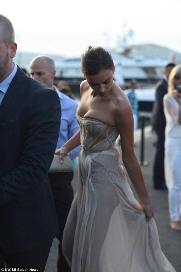 Theo chân sao: Bồ cũ Ronaldo gặp rắc rối vì váy mỏng