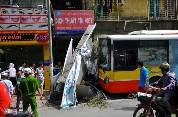 Xe buýt phi lên vỉa hè húc gần chục xe máy
