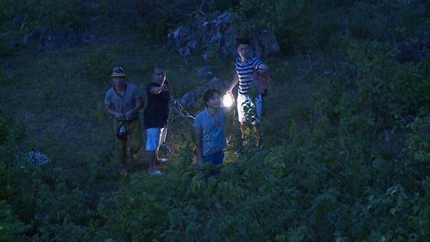 Con gái Mạnh Trường đi bộ vào rừng tối giải cứu cho bố