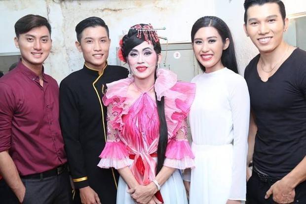 Hoài Linh đóng dì ghẻ độc ác trong live show NSND Ngọc Giàu
