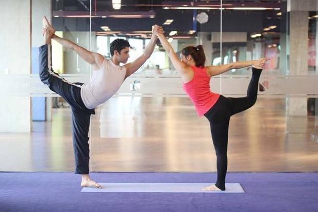 8 động tác yoga đơn giản dành cho cặp đôi
