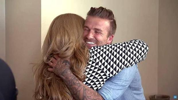 Beckham gõ cửa tặng 7 chiếc iPhone cho gia đình fan nghèo