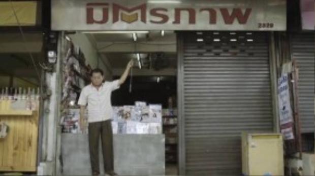 Người chủ cửa hàng bất ngờ vì không còn thấy anh chàng vô gia cư. (Ảnh chụp từ clip)