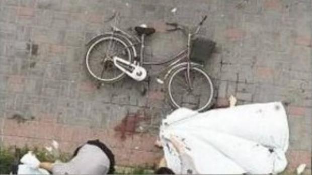 """Một nhân chứng cho biết: """"Cả hai người họ đã cùng ngã xuống từ cửa sổ của tòa nhà khi đang giữ chặt lấy nhau""""."""